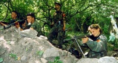 Video e paparë: Kur burrat nga Gjermania niseshin për të vdekur për UÇK-në në Kosovë (Video)