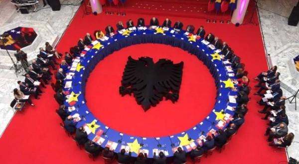 Domethënia e dekorimit të tryezës ku janë ulur dy qeveritë shqiptare (Foto)