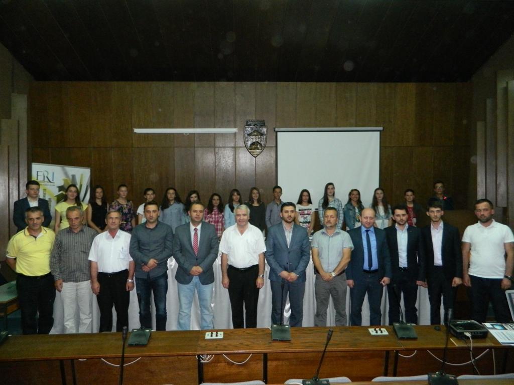 25 semimaturantë dekorohen si më të mirët e Tetovës nga FRI (19)