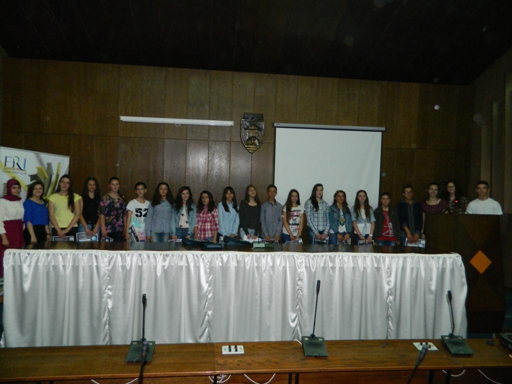 25 semimaturantë dekorohen si më të mirët e Tetovës nga FRI (21)