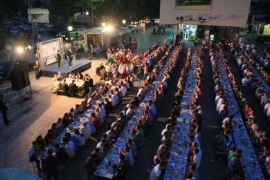 Mbi 1000 shqiptar dhe maqedonas në iftarin e përbashkët në Kumanovë