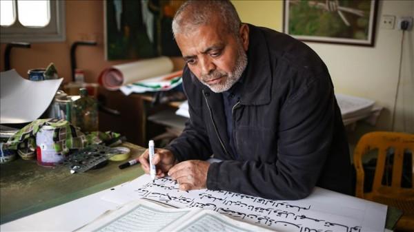 Kaligrafisti nga Gaza shkruan Kuranin me përmasa të mëdha