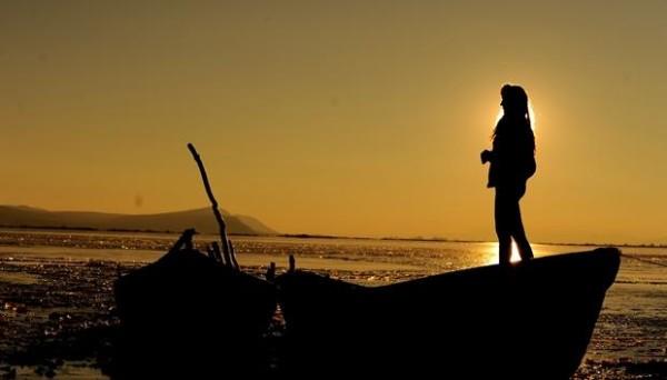 Liqeni ku dielli lind dhe perëndon ndryshe