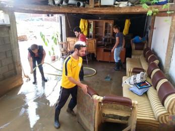 Aktivistët e FRI-së po ndihmojnë banorët e zonave të përmbytura